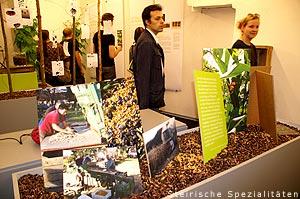 Besucher bei der Käferbohnenausstellung