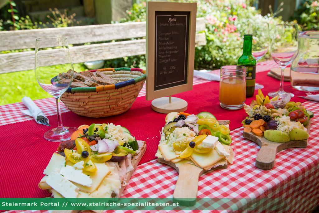 Brettljause mit fleisch vegetarisch und vegan - Gurken dekorativ schneiden ...