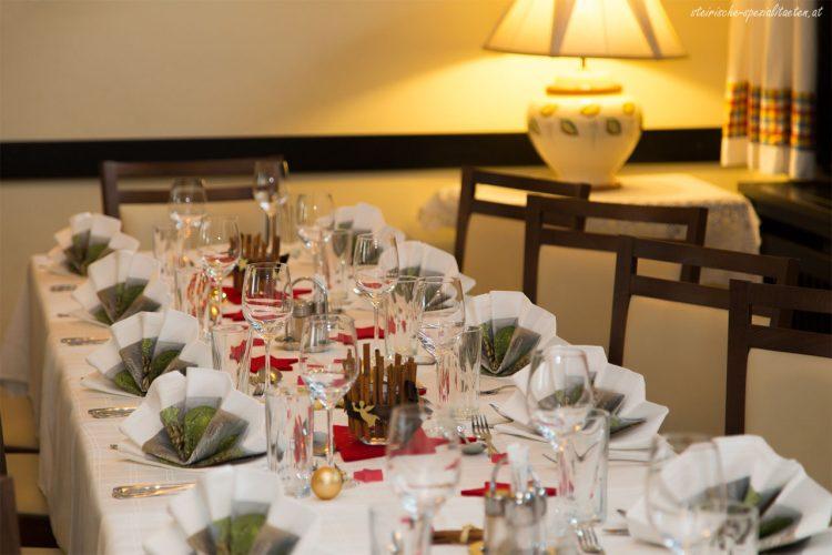 Festlich geschmückter Tisch zu Weihnachten.