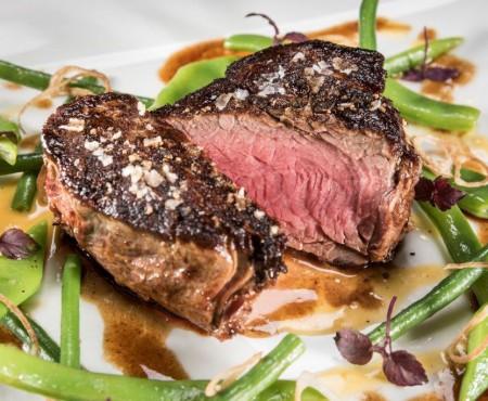 Steak vom Almo mit Bohnen Hanfgemüse und Erdäpfelblinis