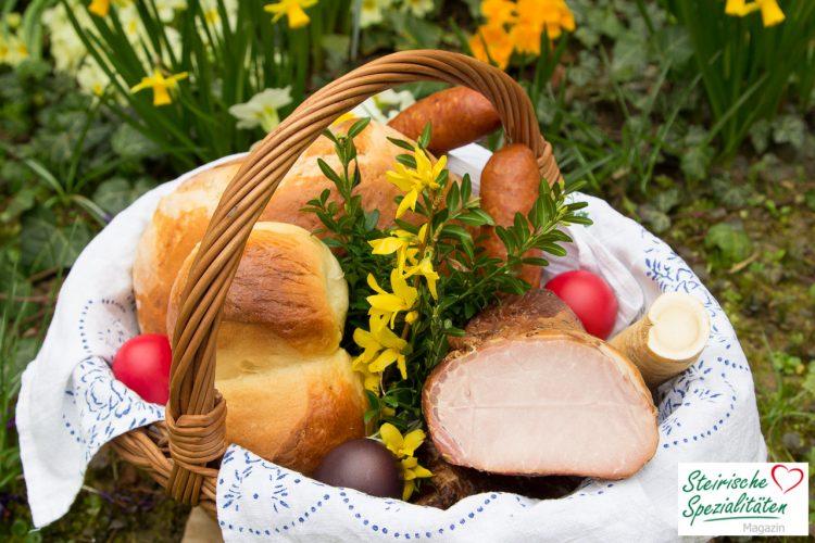 Osterkorb mit Osterbrot, Fleisch und Eier