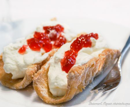 Spagatkrapfen mit Schlagobers und Marmelade
