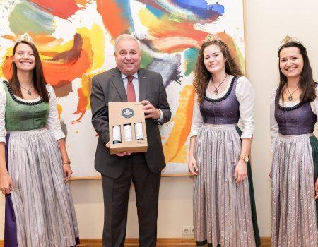 Weinland Steiermark: Weinhoheiten und Landessieger zu Gast in der Grazer Burg