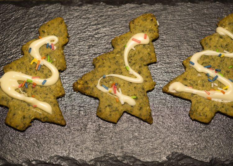 Kürbiskern Weihnachtsbäumchen Kekse verziert