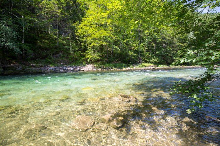 Smaragdgrüner Fluss in den Wildalpen