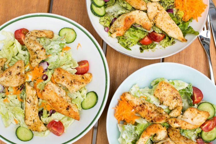 Salat mit Hühernstreifen und Joghurtdressing